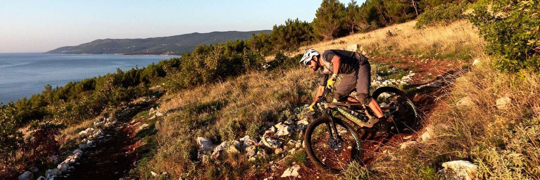ein Biker in unwegsamen Gelände